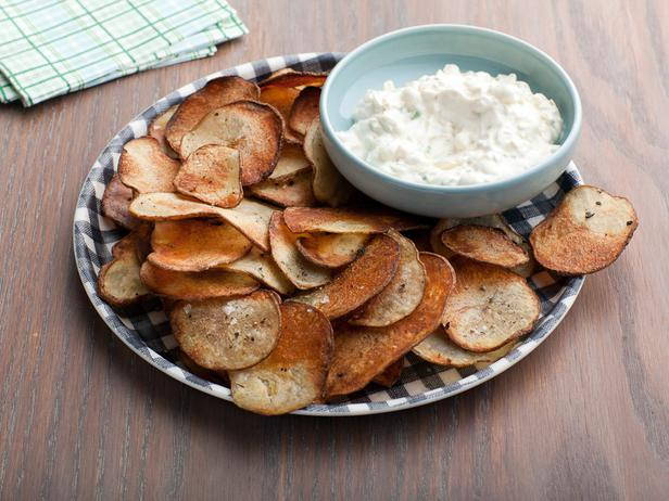 Cracked-Pepper-Potato-Chips-with-Onion-Dip